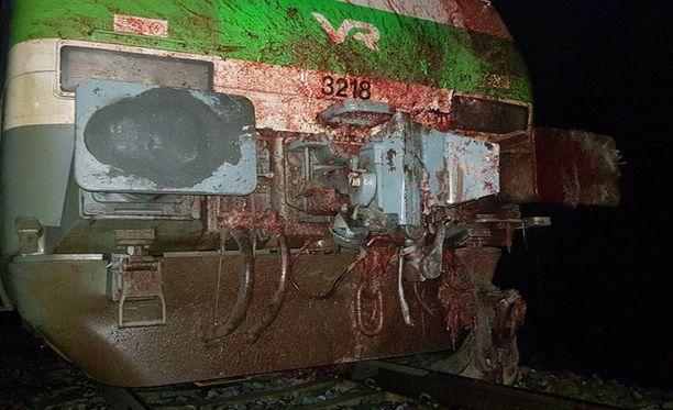 IC 29 junan veturi vaurioitui hirvikolarissa.