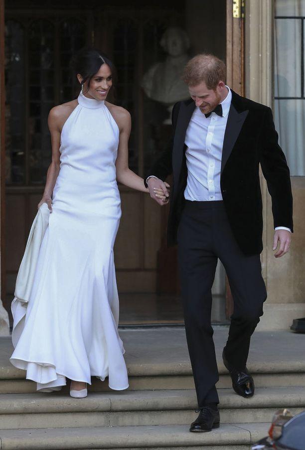 Häiden jatkoille Meghan vaihtoi valkoiseen halterneck-mekkoon. Tätä Stella McCartneyn suunnittelemaa mekkoa löytyy maailmasta muutama kymmenen kappaletta - tosin nyt jo loppuunmyydyn mekon hinta on noin 135 000 euroa, eli ei mikään budjettilöytö tämäkään.