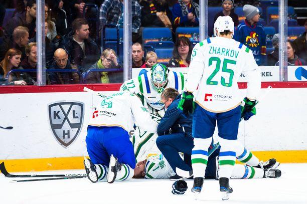 Salavat Julajev Ufan kapteeni Grigori Panin loukkaantui Veli-Matti Savinaisen taklauksesta.