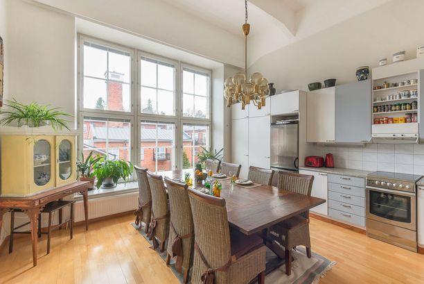 Tämän keittiön katseenkerääjä ovat sen komeat ja suuret ruutuikkunat. Asunto sijaitsee Littoisissa Verkarannan historiallisen tehdasmiljöön alueella.