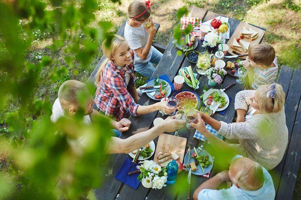 Hyvän sään sattuessa piknikin voi kattaa viltille tai retkipöydälle.