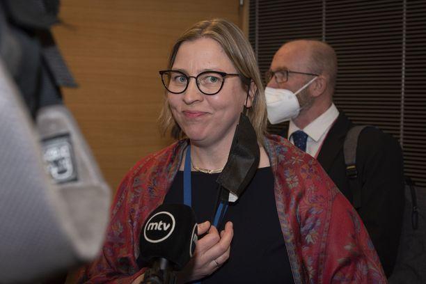 Tarkastusvaliokunnan selvityksen taustalla oli Iltalehden uutisointi laittomaksi katsotusta  virkasuhteen päättämisopimuksesta sekä pääjohtaja  runsaista virkamatkoista kertyneistä lentopisteistä.