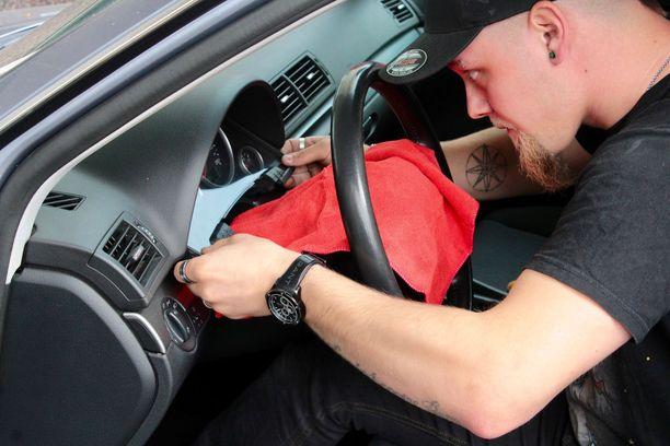 Mittarikorjaamo on erikoistunut irrottamaan mittariston autosta. Se on työ, joka ei aina välttämättä suju ongelmitta tavallisessa korjaamossa.