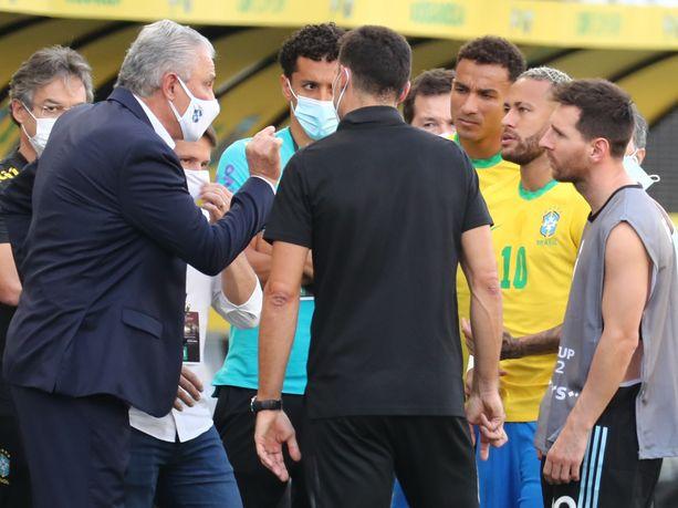 Lionel Messi (oik.) ei ymmärrä, miksi viranomaiset eivät hakeneet Argentiinan pelaajia jo ennen ottelua.