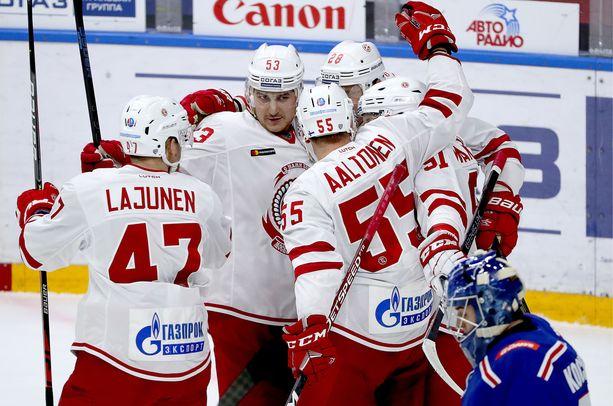 Miro Aaltonen (55) ja Ville Lajunen (47) olivat Vitjazin tehopelaajat ottelussa Pietarin SKA:ta vastaan.