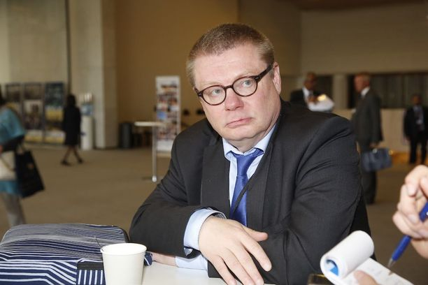 Ylen hallintoneuvoston puheenjohtaja Kimmo Kivelän (ps) mukaan viinitarjoilut loppuivat viime syksynä, kun hallintoneuvoston kokoukset siirrettiin Ylen Ison Pajan yläkerran kokoustiloista eduskuntaan.