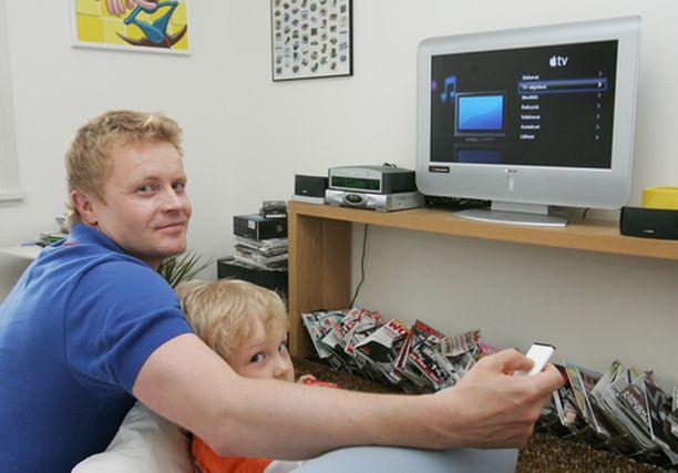 Antti Isokangas kokeili Apple TV:tä kotonaan.