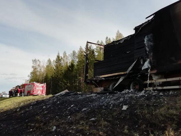 Tulessa ollut perävaunu sytytti maastoa matkallaan.