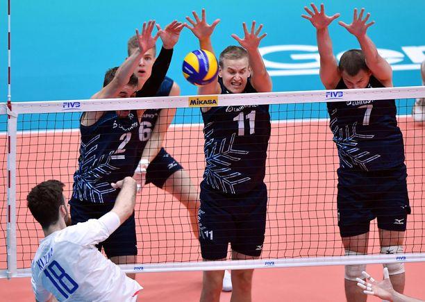 Mikko Esko, Sauli Sinkkonen ja Niko Suihkonen blokkaamassa palloa.