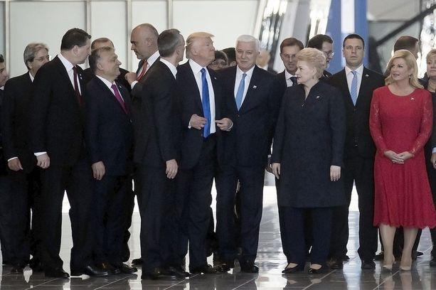 Trump jyräsi itsensä näyttävästi Nato-kokouksen ryhmäkuvan eturiviin.
