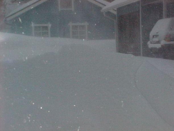 Lumimyräkkä iski maanantain ja tiistain välisenä yönä Ranuan Piittisjärvelle.