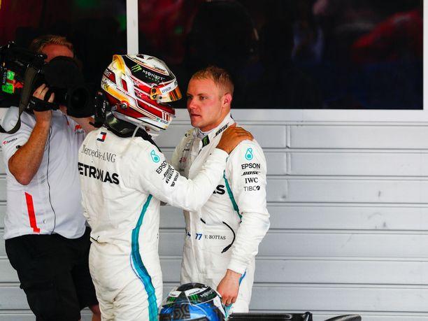 Lewis Hamilton kiitti Valtteri Bottasta kauden kahdeksannen voiton tarjoamisesta hopeatarjottimella.