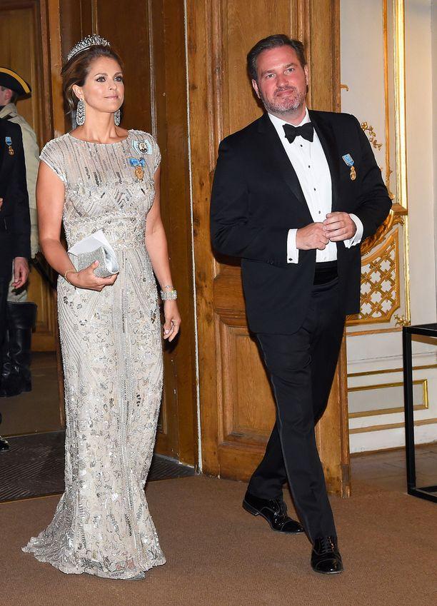 Prinsessa Madeleine edusti upeassa iltapuvussa, joka on nähty hänen päällään aiemminkin. Seuralaisena aviomies Christopher O'Neill.
