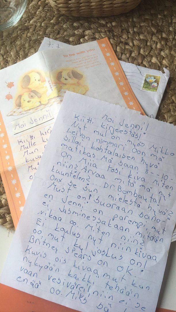 Kirjeitä löytyi monta kymmentä. Niissä kerrotaan esimerkiksi omasta musiikkimausta, nimmareista ja siitä, miten kuvaamataidon tunneilla kaikki tehdään vesiväreillä.