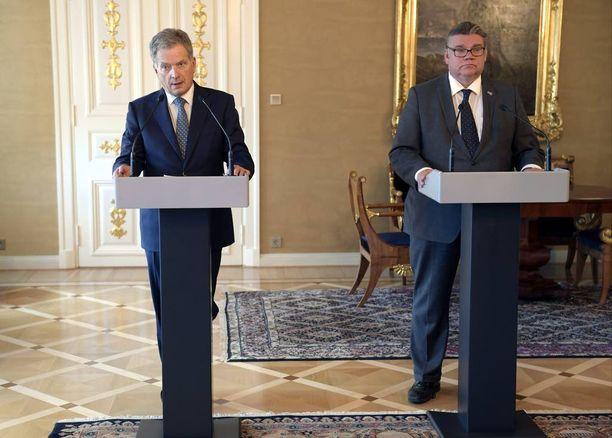 Presidentti Sauli Niinistö ja ulkoministeri Timo Soini esiintyivät vakavina perjantain tiedotustilaisuudessa.