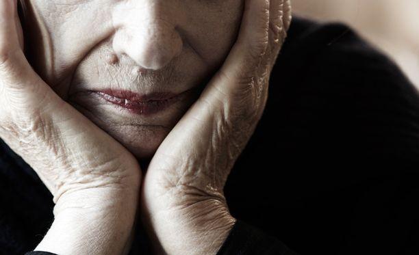 Alzheimerin tauti aiheuttaa useita oireita.