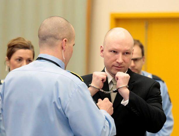 Breivikin vankeustuomio on 21 vuotta. Vankeutta voidaan kuitenkin jatkaa, jos hänen katsotaan olevan uhka yhteiskunnalle.