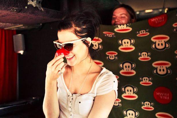 Jenni ja yhtyeen jäsenet irrottelevat joskus kiertuematkoilla. Kuvassa Jenni testaa onginnasta palkinnoksi voittamaansa nenää.