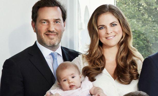 Chris, Leonore ja Madde hovin virallisessa uudenvuodenpotretissa.