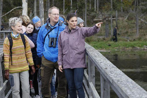 Victoria näyttää olevan aidosti kiinnostunut paitsi tapaamistaan ihmisistä myös näkemästään luonnosta.