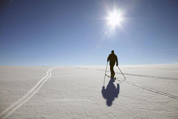 Hyvä on hiihtäjän hiihdellä, kun hanki on hohtava alla, kun taivas kirkasna kaareutuu.
