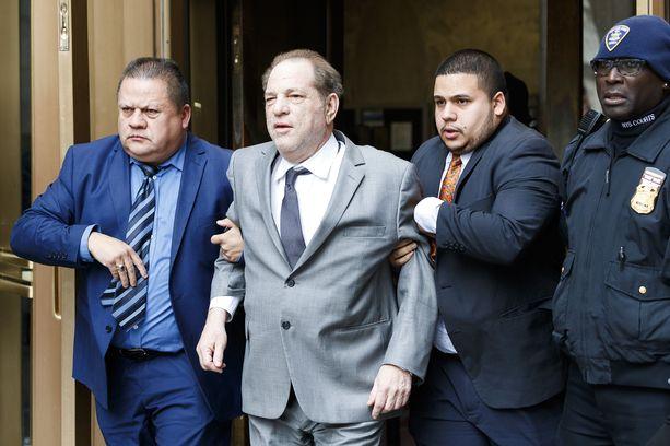 Harvey Weinsteinia on pitkän uran tehnyt elokuvatuottaja. Kuvassa hän on poistumassa oikeudenkäynnistä 6. joulukuuta.