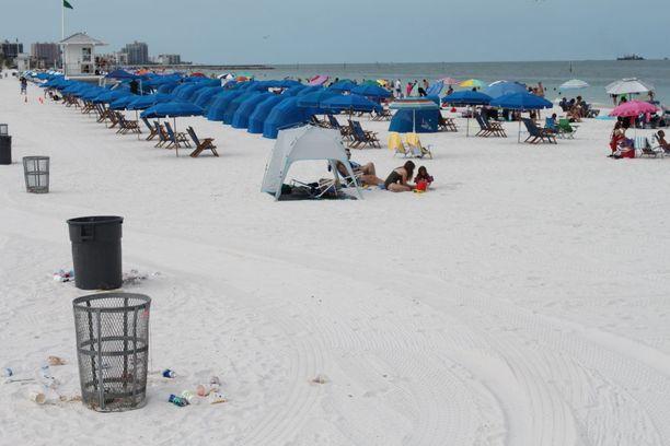 Clearwaterin rannalla Floridassa roskat kerää joka aamu kolme eri roska-autoa. Ensimmäinen tyhjentää roskikset, toinen kerää maahan jääneet roskat ja kolmas haravoi hiekasta pienemmät jätökset.