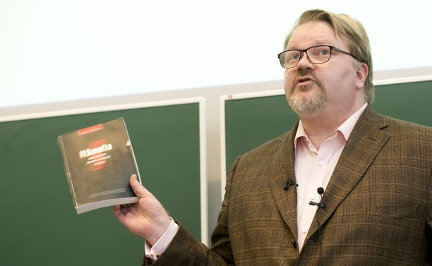 Dosentti Johan Bäckman puhui vuonna 2012 Tampereen yliopiston toimittajaopiskelijoille informaatiopsykologisesta sodankäynnistä.