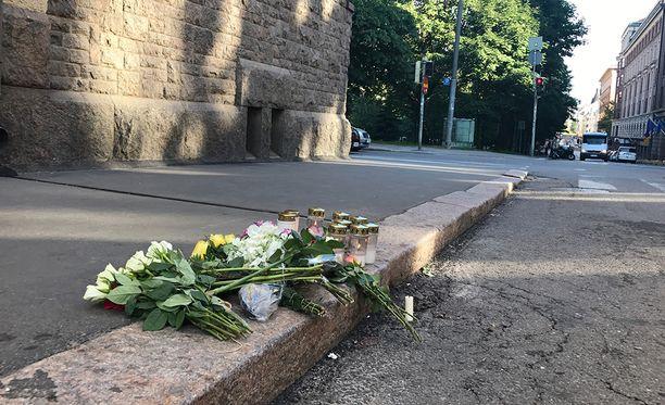 Ihmiset ovat lauantaina muistaneet yliajon uhreja Helsingissä.