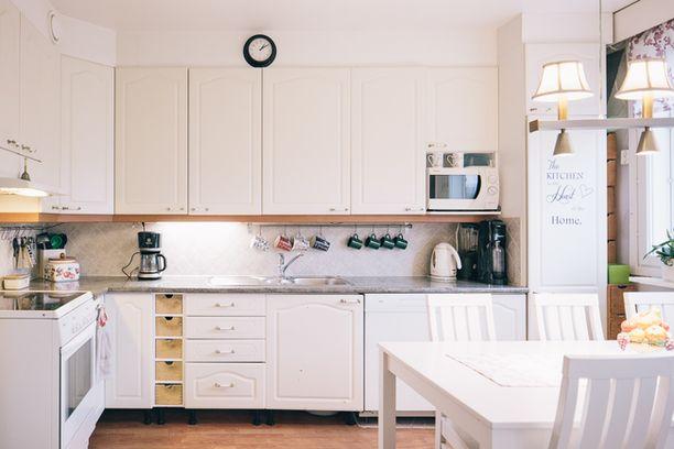 Erillinen keittiö kutsuu kokkailemaan vaikka koko perheen voimin.