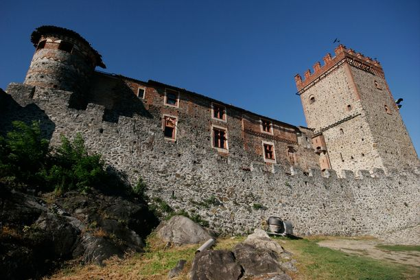 Muuri ympäröi Castello di Pavonea.