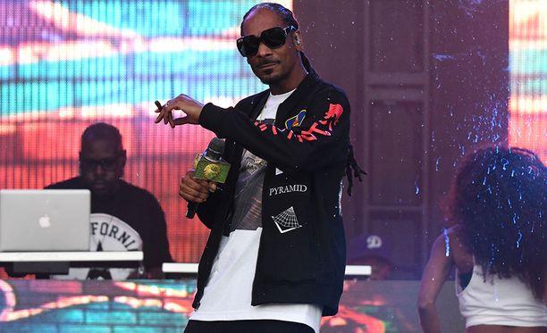 Snoop Dogg, 46, on tunnettu rap- ja reggae-artisti. Mies on vaihtanut taitelijanimeään kymmeniä kertoja.