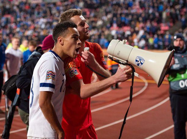 Lukas Hradecky ja Pyry Soiri huudattivat suomalaiskannattajia Kreikka-voiton jälkeen.