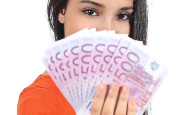 Moni tienaa 2 600 euroa kuukaudessa Suomessa.