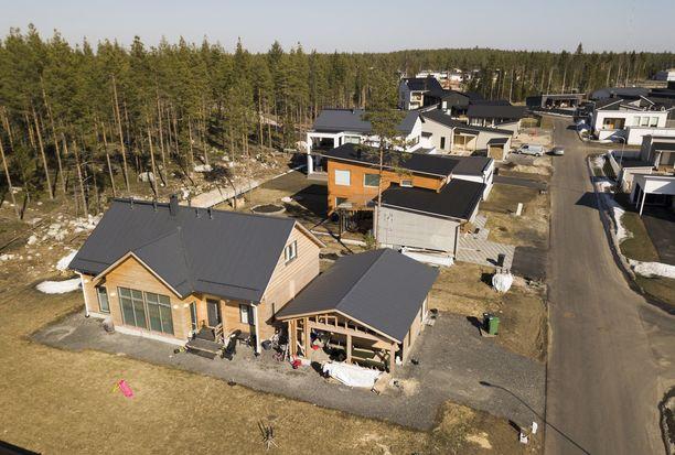 Hirsirakenteisia omakotitaloja uudella Soittajankankaan asuinalueella Oulussa. Arkistokuva vuodelta 2018.