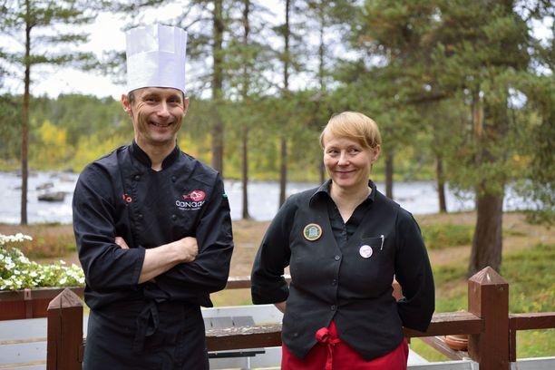 Kaisu ja Heikki Nikula kertovat tulleensa hyvin toimeen jo lapsesta lähtien. Nuorina he matkustivat interrailillakin kaksin ympäri Eurooppaa. -Meillä on selkeä työnjako, Heikki hoitaa keittiön ja minä vastaan hotellista, sisustuksesta, hallinnosta ja markkinoinnista, kertoo Kaisu Nikula.