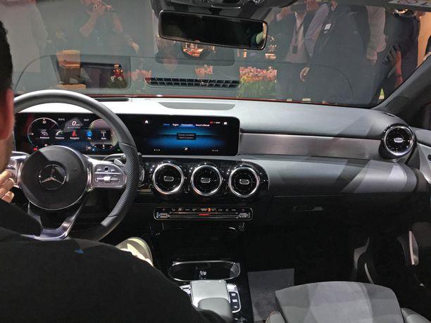 Isot näytöt hallitsevat ohjaamoa, jossa on käytetty laadukkaita materiaaleja.