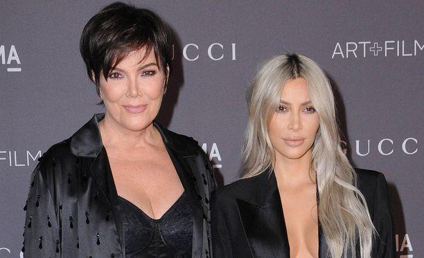 Äiti Kris Jenner ja sisko Kim Kardashian lensivät tukemaan järkyttynyttä Khloéta.