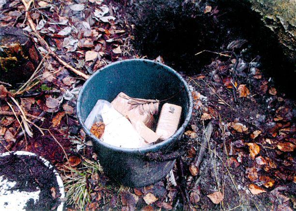 MAASTOKÄTKÖ Maastosta löydetty amfetamiini oli pakattu ilmatiiviisti, hasikset oli kääritty teippiin.