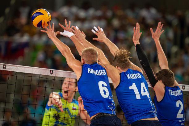 Antti Ronkainen, Markus Kaurto ja Eemi Tervaportti torjuvat palloa verkolla.