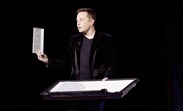Teslan toimitusjohtaja Elon Musk uuden sähköauton paljastustilaisuudessa syyskuussa.