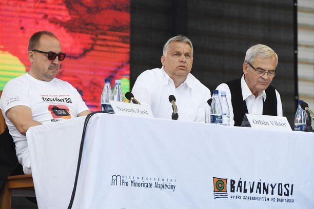 Unkarin pääministeri Viktor Orbán (keskellä) on ottanut Suomen hampaisiinsa. Kuva lauantailta.