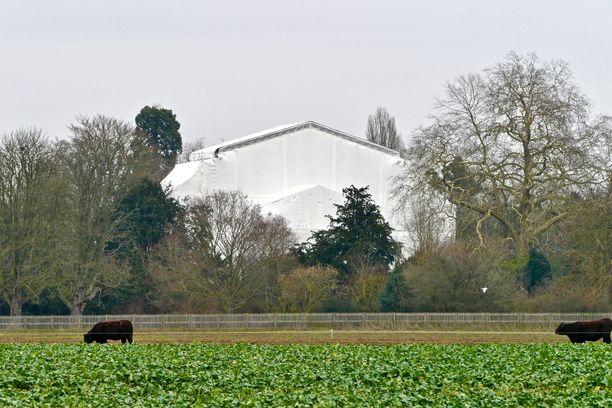 Frogmore House -kiinteistö oli aiemmin huputettuna remontin takia. Frogmore Cottage sijaitsee Windsorin kaupungissa Kaakkois-Englannissa.