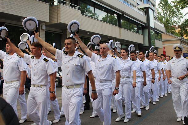 Romanialaislaiva Mircean miehistö tervehti katsojia.