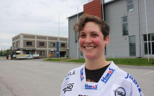 Sveitsiläinen superfani Céline, 32, muutti Suomeen SM-liigakiekkoilijoiden perässä –hankki kausikortin ennen asuntoa, opiskeli kieltä Klamydian biiseistä