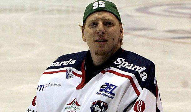 Uransa lopulla Corey Hirsch pelasi Euroopassa ja edusti muun muassa saksalaista Kassel Huskiesia.