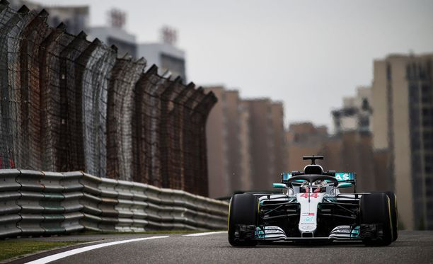 Lewis Hamilton oli selvästi nopein Kiinan GP:n ensimmäisissä vapaissa harjoituksissa.