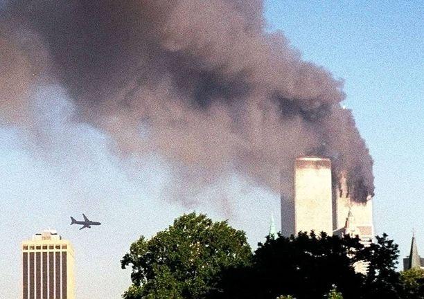 Toinen matkustajakone osui WTC:n Etelätorniin. Pohjoistorni oli jo tulessa.