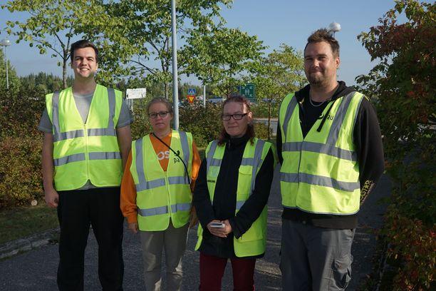 Postityöntekijät Filip Djordjevic, Tiina Virtanen, Sari Toukola ja Mika Kemppi olivat maanantaiaamuna lakkovahteina Vantaan logistiikkakeskuksella.