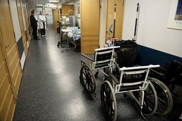 Tilanpuutteen vuoksi yksittäisiä potilaita joudutaan sijoittamaan Töölön sairaalassa osastojen käytäville.